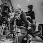 photo en plonge sur la taille de la barbe au salon inter coiff par Carole embid