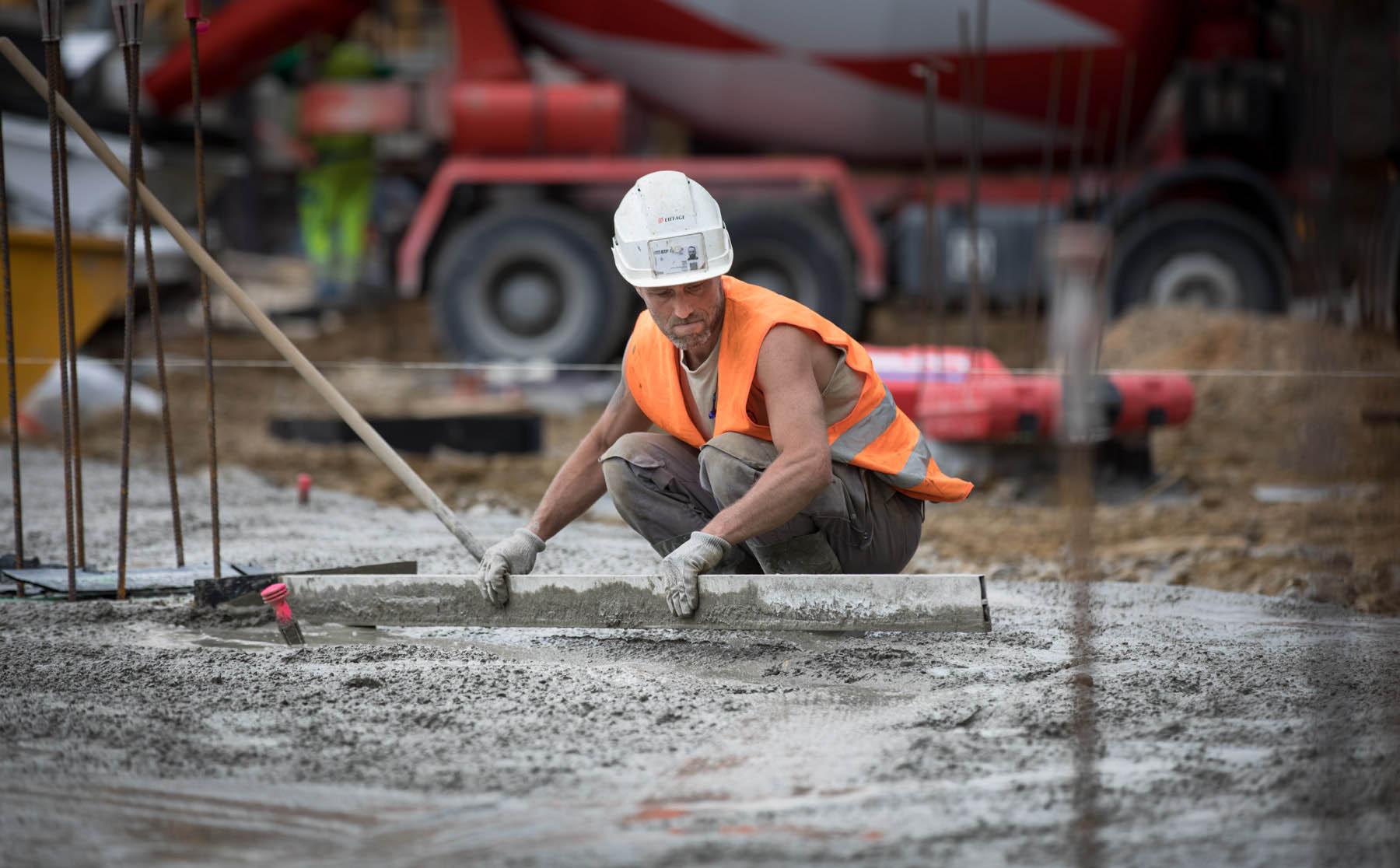 photo d'un ouvrier sur un chantier de construction par Carole photographe d'entreprise