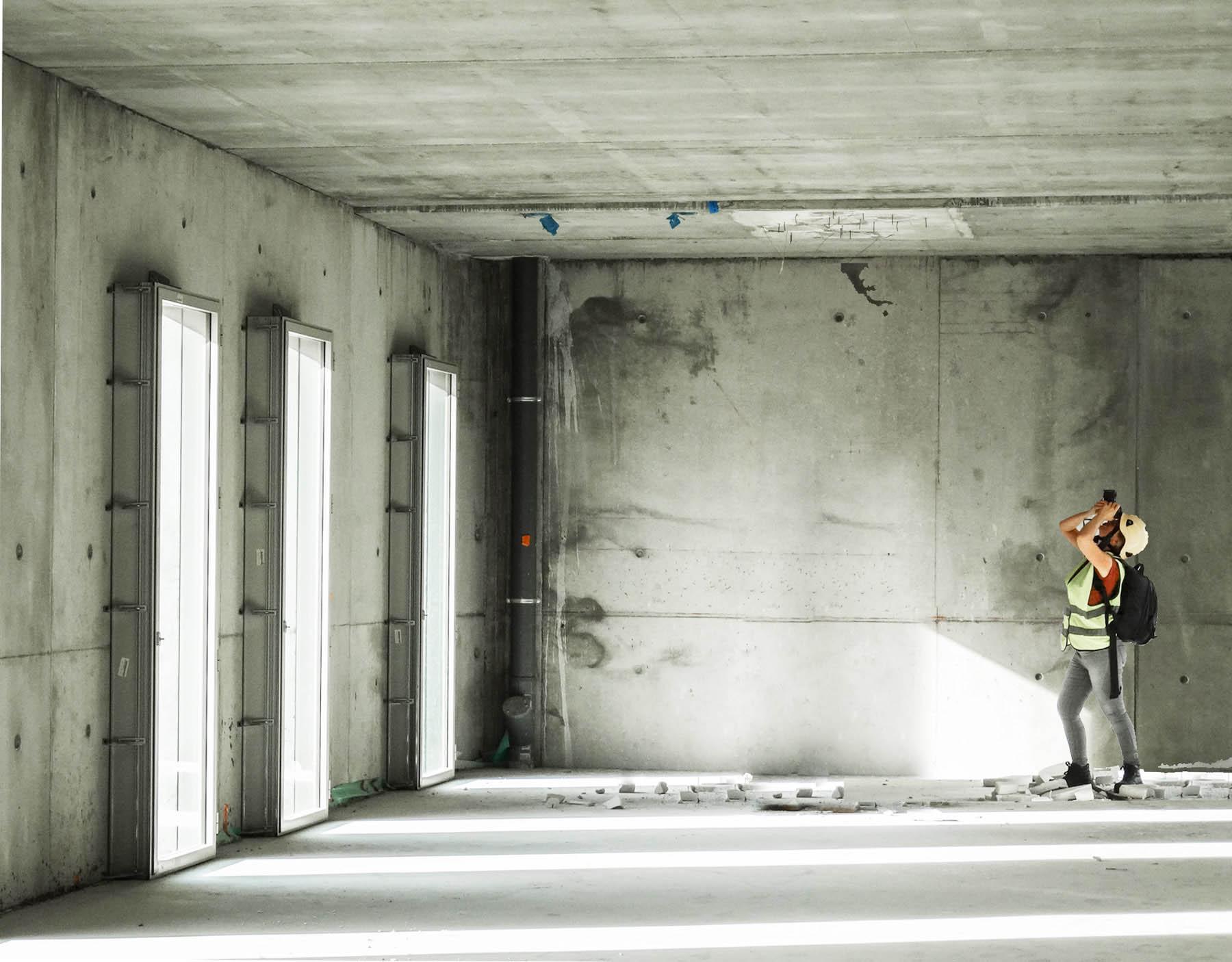 photo de Carole embid sur un reportage de chantier à mauleon au pays basque